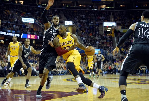 Video: NBA: Cleveland zdolal San Antonio, Warriors sa trápili s Philadelphiou
